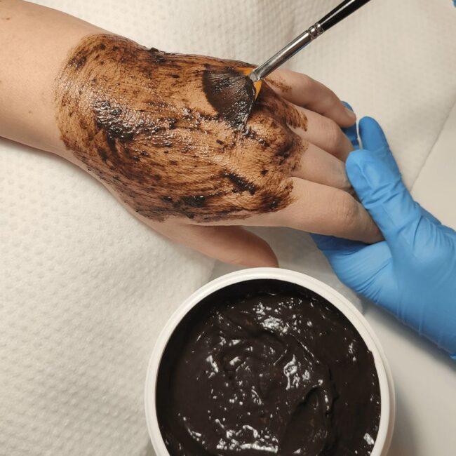Manicure personalizzata con torba antiage nutriente